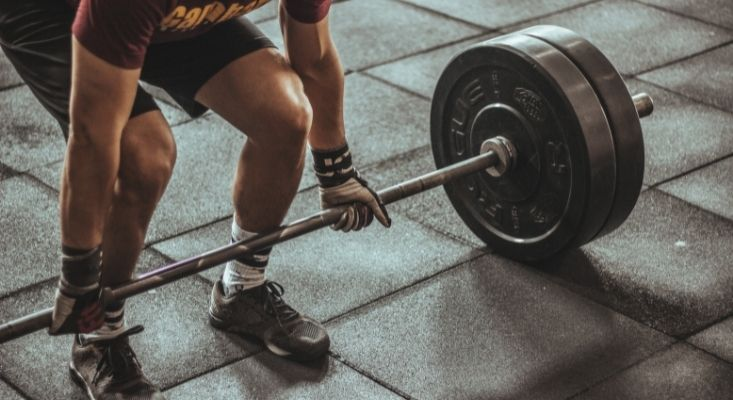 bend the knees to safely lift weights